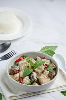 タイ料理。なすのグリーンココナッツカレーポーク
