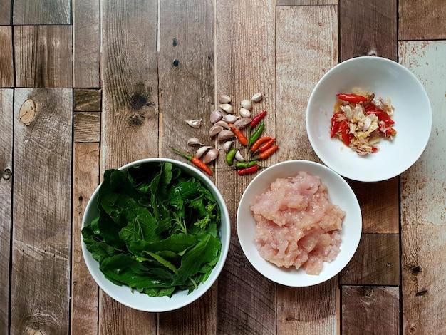 칠리와 바질 잎을 곁들인 다진 닭고기 튀김의 태국 음식 재료 요리 메뉴