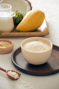 Тайская еда - клейкий рис с манго и конусом, рисом, манго и кунжутом