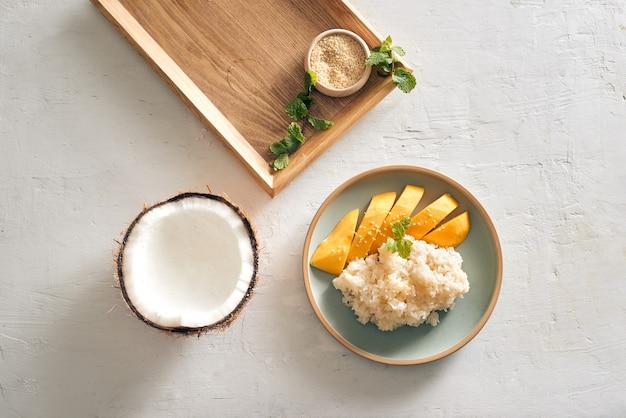 Тайская еда, манго с липким рисом со всеми ингредиентами
