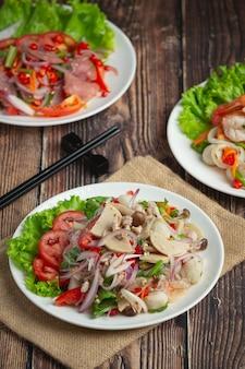 태국 음식; 베르 미첼 리 국수와 혼합 된 매운 돼지 고기 소시지 샐러드