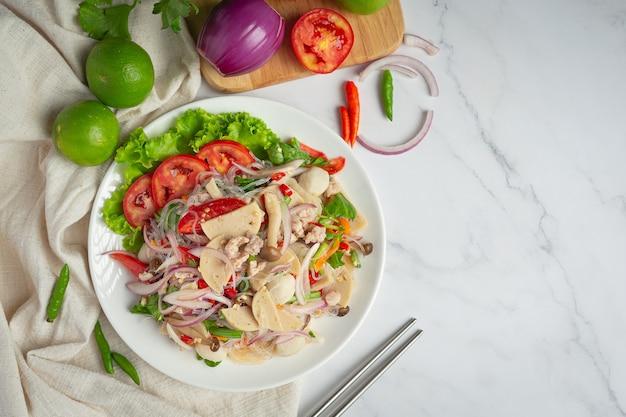 Тайская еда; смешанный пикантный салат из свинины с вермишелью и лапшой
