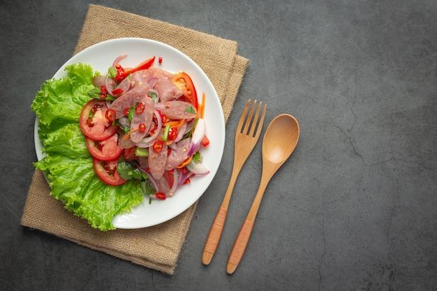 Тайская кухня; острый кислый салат из свинины или yum nam