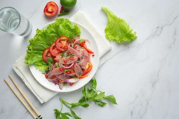 Cibo tailandese; insalata mista di maiale piccante o acido yum nam