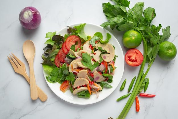 Cibo tailandese; insalata mista di salsiccia di maiale bianca speziata o yum moo yor