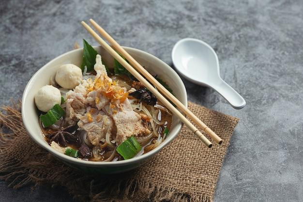 Тайская еда. лапша со свининой, фрикадельками и овощами