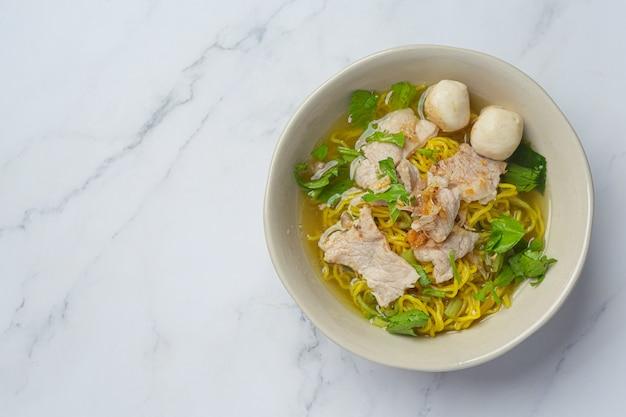 태국 음식. 돼지 고기, 미트볼, 야채면
