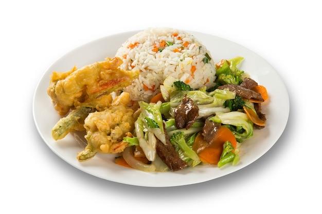 태국 음식 팟 타이, 새우, 고기 및 야채와 함께 볶음 국수