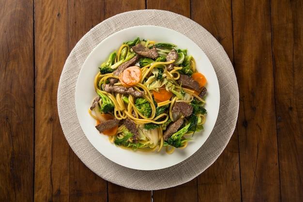 Тайская еда pad thai, жареная лапша с креветками, мясом и овощами