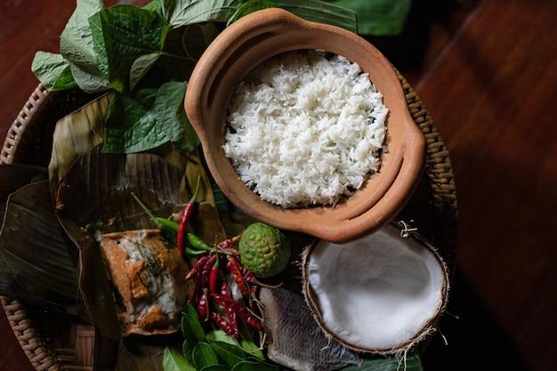 Тайская еда, рисовая рыба и паста с чили на столе