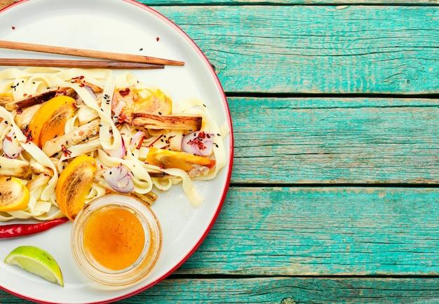タイ料理、麺、柿、なすのサラダ。テキスト用スペース