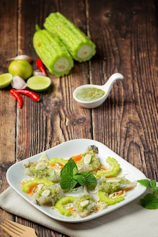 Тайская кухня; креветки в остром рыбном соусе