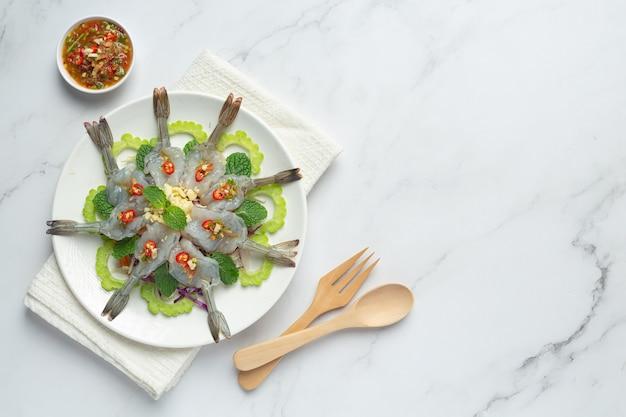 Cibo tailandese; gamberetti in salsa di pesce piccante