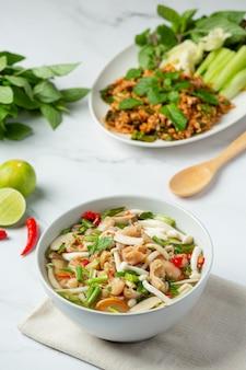 Cibo tailandese, zuppa piccante di tendini di pollo