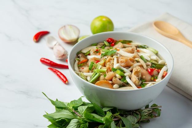 Тайская еда; острый суп из куриных сухожилий