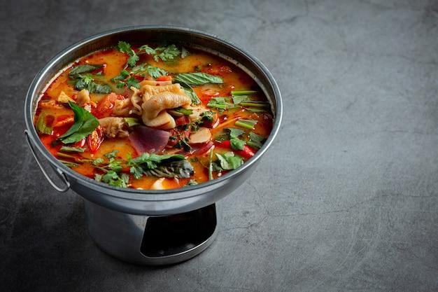 タイ料理。スパイシーな鶏すじのスープ。