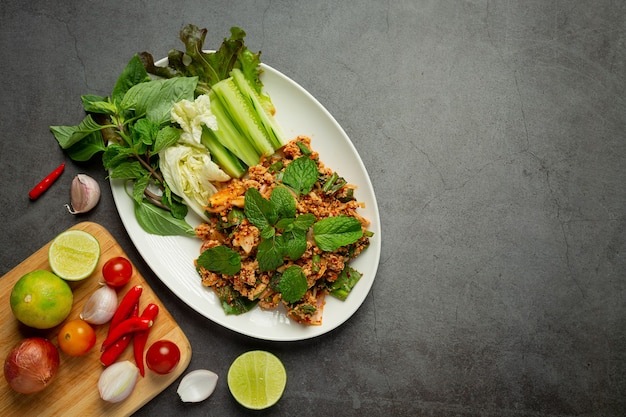 Тайская кухня; острый свиной фарш подается с гарниром
