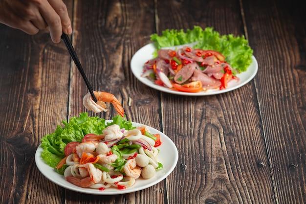 태국 음식, 매콤한 혼합 해산물 샐러드