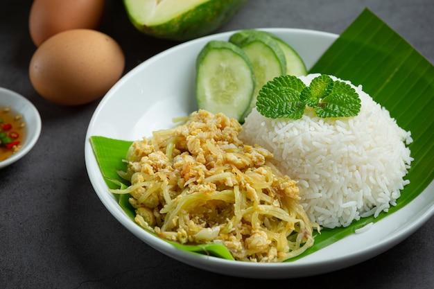 タイ料理目玉焼きとパパイヤの炒めご飯