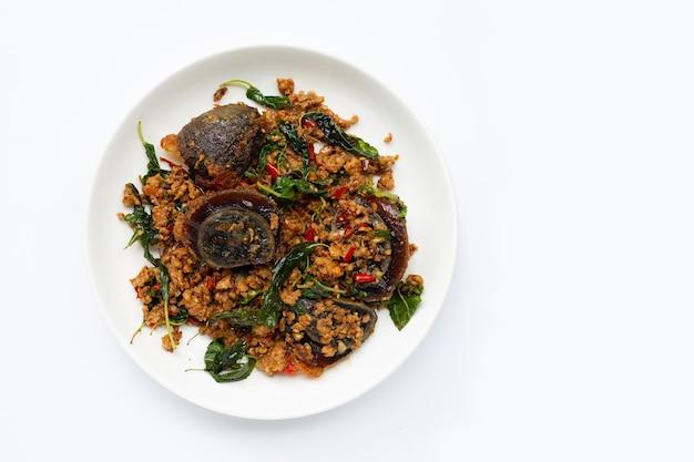 Тайская еда. жареный свиной фарш, консервированное яйцо с листьями базилика