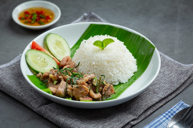 タイ料理;豚肉のカフィアライムの葉炒めにご飯を添えて