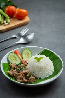 Тайская кухня; жареная свинина с листьями кафр-лайма подается с рисом
