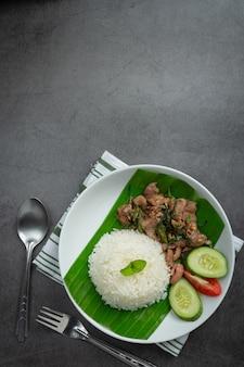 태국 음식; 카피 르 라임 잎을 곁들인 돼지 고기 볶음밥과 함께 제공