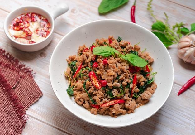 タイ料理 バジルと豚ひき肉の炒め物 魚醤添え