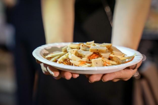Тайская кухня, консервированная свиная колбаса isan, приготовленная с острым и кислым вкусом на мероприятии foodtruck.