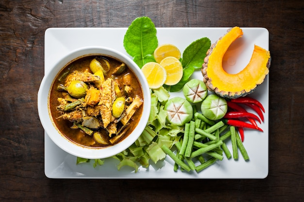 タイ料理:サバの魚の肉は熱いスパイシーなカレーや魚の器官の酸っぱいスープを炒める。