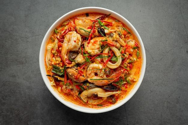 Тайская еда; tom yum kung или острый суп из речных креветок