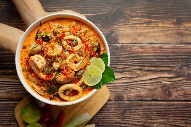 タイ料理;トムヤムクンまたはエビのスパイシースープ