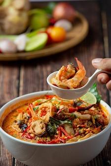태국 음식; tom yum kung 또는 강 새우 매운 스프