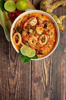 Cibo thailandese; tom yum kung o zuppa piccante di gamberi di fiume