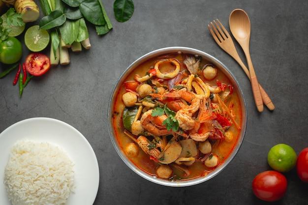 태국 음식; tom yum 해산물 또는 해산물 매운 스프
