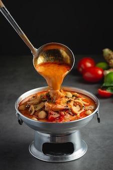 Тайская кухня; том ям острый суп из морепродуктов или морепродуктов