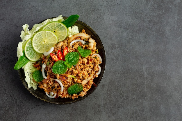 Тайская еда с острым фаршем из свинины подавать с гарнирами