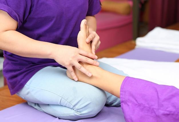 Тайская массажная терапия альтернативной медицины с тайским маслом для травы