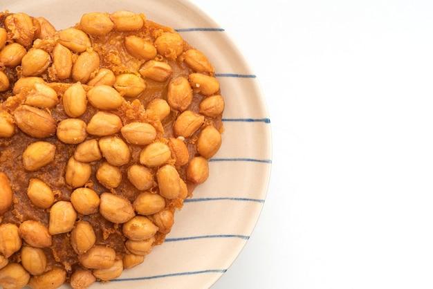흰색 배경에 고립 된 태국 튀긴 땅콩 쿠키