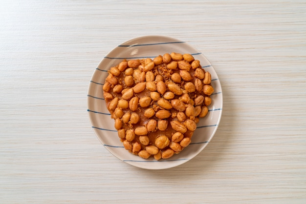 Тайское жареное арахисовое печенье на тарелке
