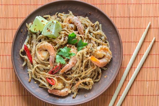 Тайская жареная рисовая лапша с креветками