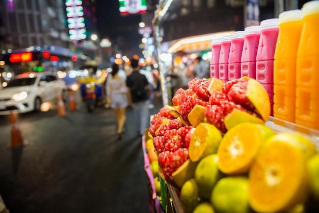 バンコクのチャイナタウンのヤワラー通りでタイのフルーツ屋台の食べ物とおいしい屋台の食べ物を試食してください。シーフードがあります、