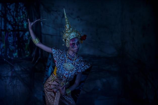 Тайский призрак в традиционном костюме, который фигурирует в истории, портрет азиатской женщины покрывает лицо призрака кровью.