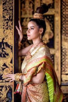 Тайская девушка в костюме традиционной тайской культуры леди, тайская женщина в традиционной тайской культуре самобытности таиланда.