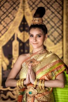 Тайская девушка в традиционном тайском костюме леди,
