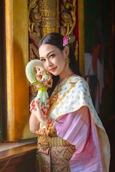 タイの伝統衣装、タイのアイデンティティ文化のタイの女の子。