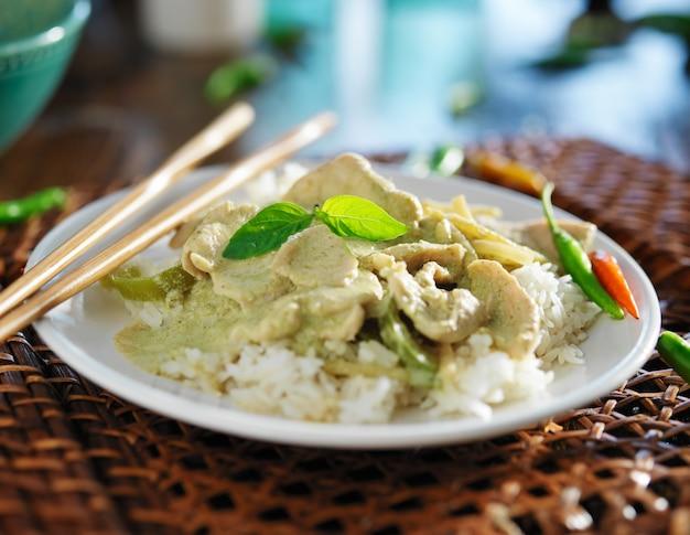 Тайское зеленое карри с курицей и жасминовым рисом