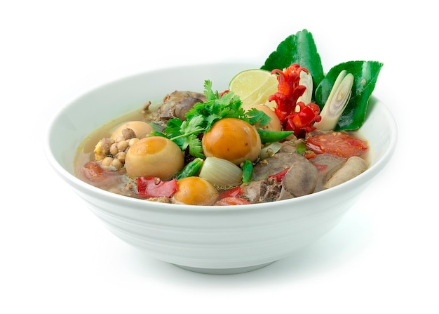 柔らかい卵の束とタイの辛くてスパイシーな酸っぱいスープ
