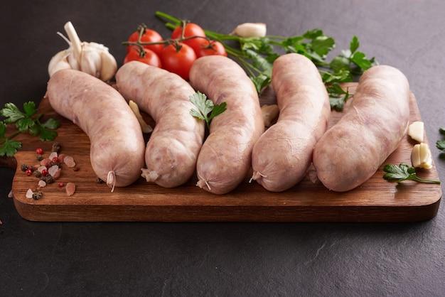 タイのイーサーンソーセージ。 e-sarnソーセージ、タイのハーブと野菜を使った自家製サワーソーセージ(sai krawk e-san)。