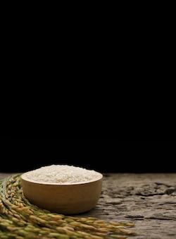木製のボウルと木製のテーブルにタイのジャスミンライス白米